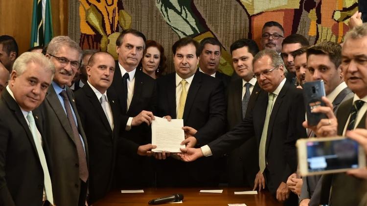 bolsonaro-entrega-a-nova-proposta-de-reforma-da-previdencia-ao-congresso-1550668404390_v2_750x421