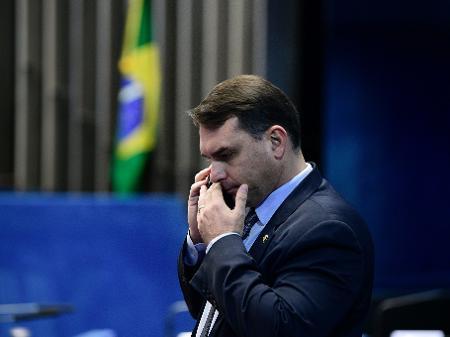 o-senador-flavio-bolsonaro-republicanos-rj-fala-ao-celular-no-plenario-do-senado-1589836145966_v2_450x337